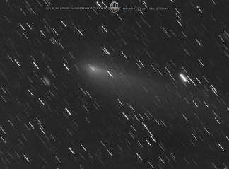 """Kometa 45P/Honda-Mrkos-Pajdušáková w noc 27/28 II. Wciąż dość szybka co utrudnia jej """"unieruchomienie"""" na zdjęciu. Kometa przelatując przez Lwa niemal zawsze w polu pełnym galaktyk. 15x180""""L +3x180 RGB. Takahashi FSQ106N + SBIG ST2000XM."""