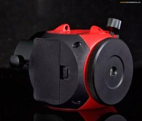 Widok na stronę z pojemnikiem baterii oraz odkręcaną pokrywę na gniazdo lunetki / gniazdo statywowe