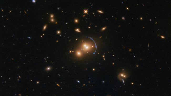 Efek lensa gravitasi yang dipotret Teleskop Hubble. Kredit: ESA/Hubble & NASA; Judy Schmidt (Geckzilla)
