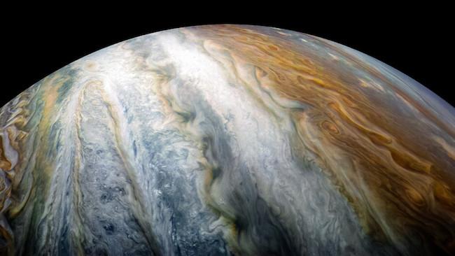 Sabuk warna warni di Jupiter. Kredit: Juno