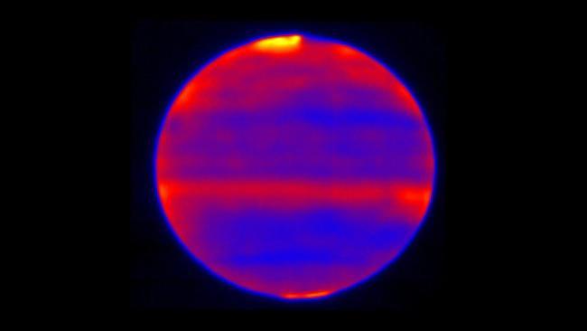 Dalam satu hari ketika angin Matahari menghantam Jupiter, elemen kimia di atmosfer berubah dan temperatur juga meningkat. Dalam citra yang diambil pada bulan Januari, Februari, dan Mei 2017 oleh Cooled Mid-Infrared Camera and Spectrograph (COMICS) yang dipasang pada teleskop Subaru. Kredit: NAOJ/NASA/JPL-Caltech