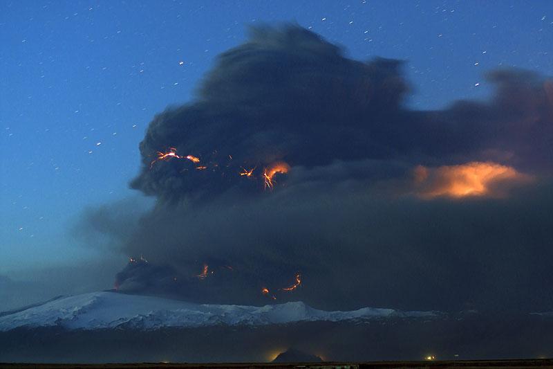eyjafjallajokull-eruption_at_dusk