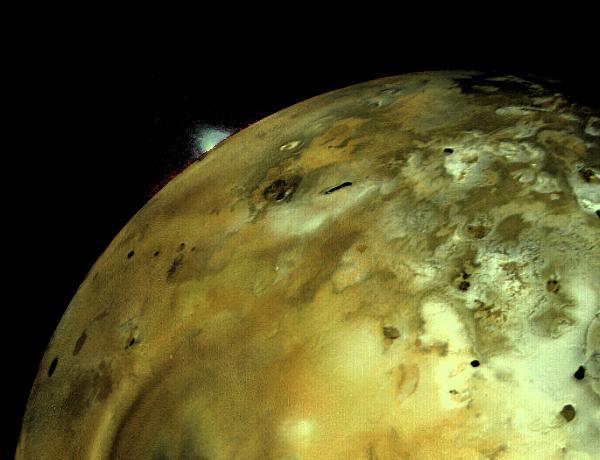 A sonda Voyager 1 tirou esta fotografia a Io a 4 de Março de 1979, onde se vê uma enorme erupção volcânica na sua superfície. Crédito: NASA/JPL.