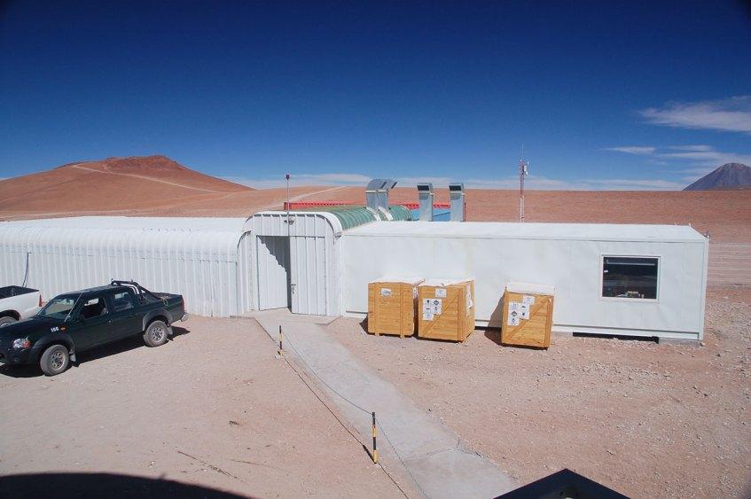 O mesmo edifício sob condições atmosféricas normais.