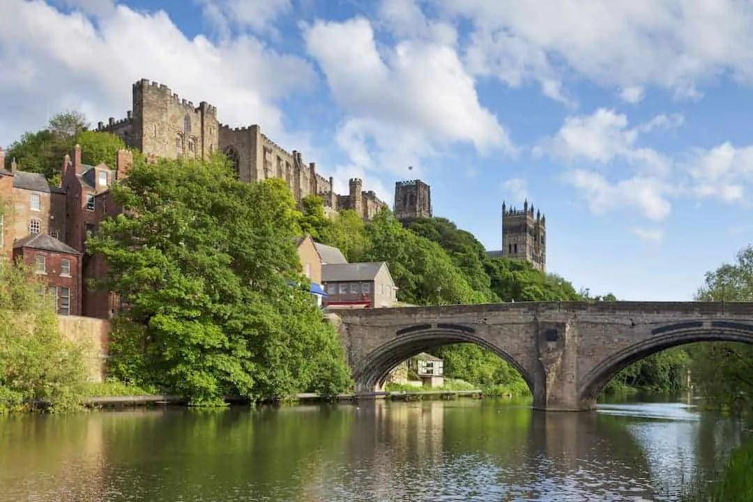 Durham: dvorac, katedrala i most Framwellgate preko rijeke Wear; colindamckie © 123rf.com
