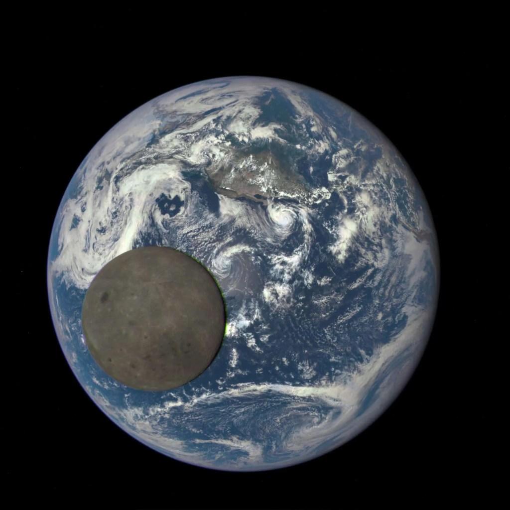 Na fotografiji, snimljenoj 2015. godine EPIC kamerom i teleskopom na letjelici DISCOVR, vidi se udaljena strana Mjeseca obasjana Suncem. Fotografija je snimljena s udaljenosti od otprilike milijun i šesto tisuća kilometara od Zemlje. Izvor: NASA/NOAA