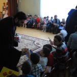 иерей Олег Ступин вручает подарки детям