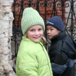 Дети у ограды