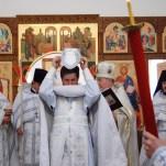 Начало крестного хода с мощами вокруг храма
