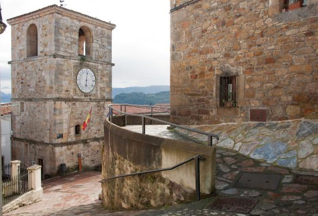 centro historico y torre del reloj en asturias