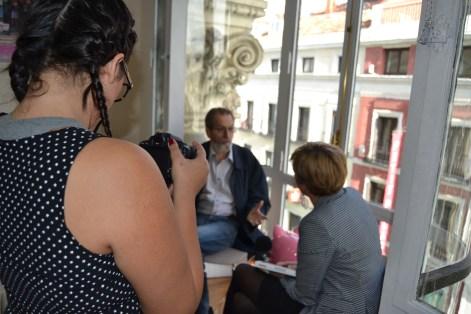 Elizabeth Orea, gabinete comunicación ASUFIN, graba la entrevista