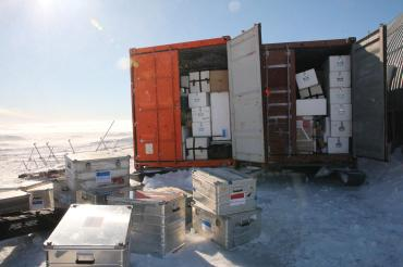 Containers remplis de matériel scientifique
