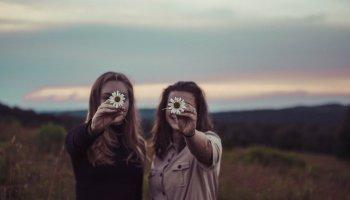 8 WAYS TO SPOT A FAKE FRIEND