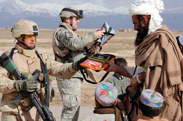 إحدى فرق إعادة الإعمار يعطون أطفال أفغان لوازم مدرسية