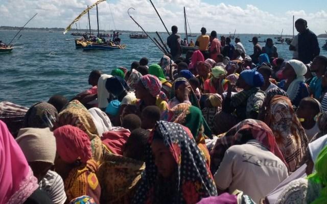 السكان يفرون من مدينة موسيمبوا دا برايا شمال موزمبيق عن طريق البحر بعد استيلاء داعش عليها