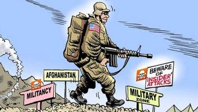 كاريكاتير لجندي من الناتو يلتف حول نفسه خوفًا من هجمات (الأخضر على الأزرق) في أفغانستان