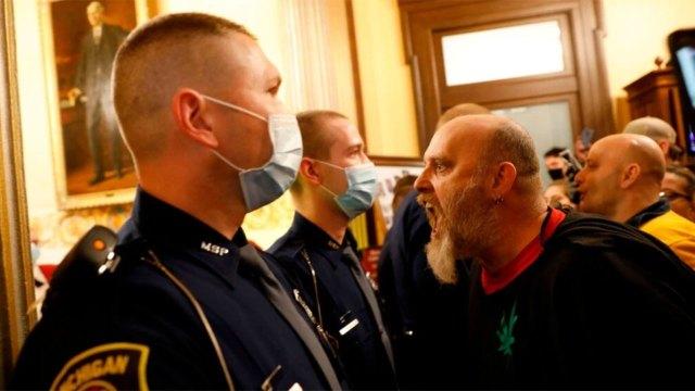 متظاهرون يطالبون بإعادة فتح الشركات يدخلون إلى غرفة مجلس النواب في ولاية ميشيغان الأمريكية