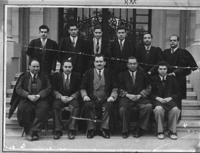 علي مصطفي مشرفة في صورة تذكرية بالجامعة