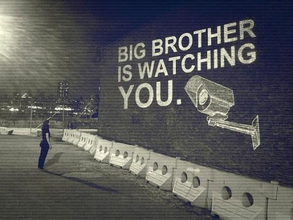 الأخ الأكبر يراقبك
