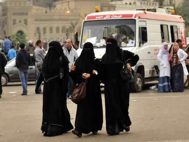 فتيات يرتدن النقاب في جامعة القاهرة
