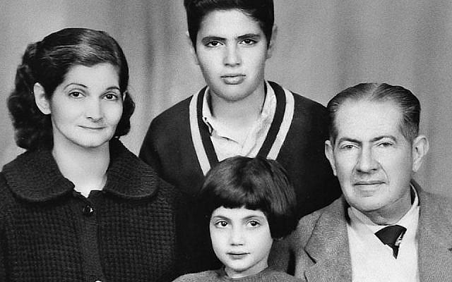 لوسيت لنيادو في عمر 6 سنوات هي وعائلتها