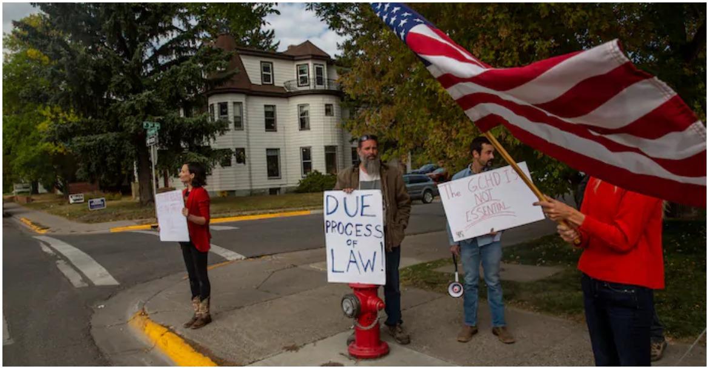 مجموعة ليبرالية تحتج على ارتداء الأقنعة بالقرب من محكمة بوزمان خلال التصويت المبكر في الانتخابات الأمريكية