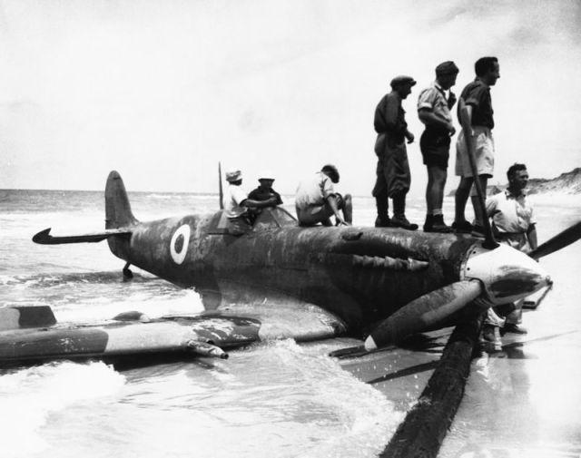جنود إسرائيليون يقفون على طائرة مصرية أسقطوها خلال الحرب في فلسطين عام 1948