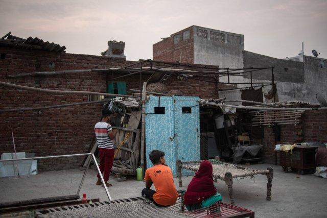 شويز وشعيب وقحشان صايفي، الذين فقدوا والديهم بسبب كورونا، في منزلهم بولاية أوتار براديش.