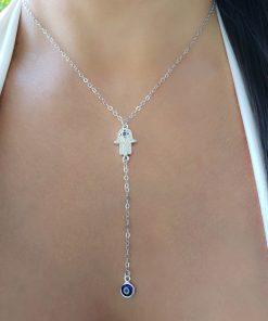 Colar 45cm gravatinha com Mão de Hamsa de micro zircônia branca e azul em banho de ródio branco