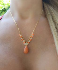 Colar 45cm com franja de cristal marfim e laranja e gota de Jade Laranja em banho de ouro 18k