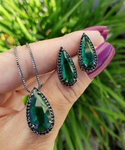 Conjunto brinco e colar gota alongada com micro zircônia negra e verde esmeralda em banho de ródio negro