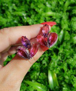 Brinco 3 gotas com micro zircônia branca, rosa e roxo rajado em banho de ródio branco