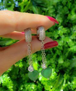 Argola com Micro zircônia branca e coração de quartzo verde esmeralda em banho de ródio branco