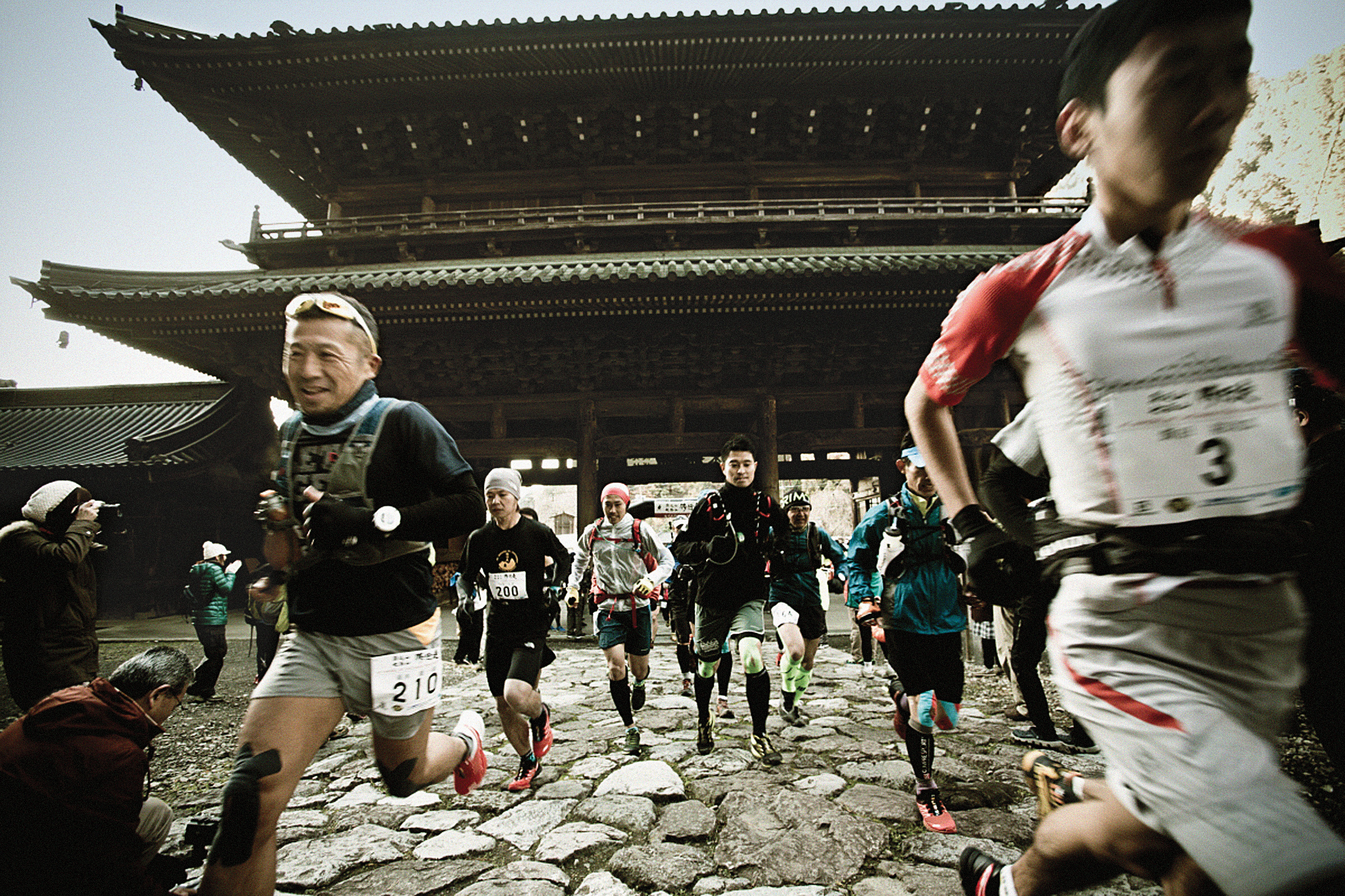 193 runners joined in the first Buddhist Priest Temple Race, a 36-kilometer run, starting from the Sanmon Gate of Minobusan Kuonji Temple.