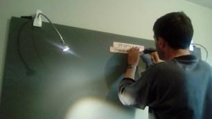 Tapa los tornillos que van a la pared