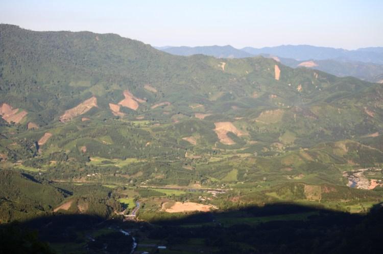 Một cánh rừng rộng lớn bị xâm hại, đào xới nham nhở tại tỉnh Quảng Nam. (Ảnh: Vietnam+)