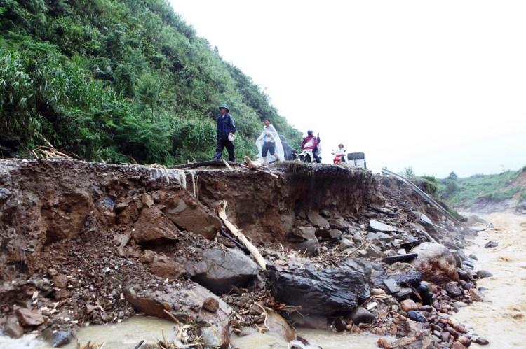 Liên tiếp những năm gần đây, hàng loạt cơn lũ, lũ quét, sạt lở đất đã xảy ra tại nhiều tỉnh bị mất rừng. (Ảnh: TTXVN/Vietnam+)
