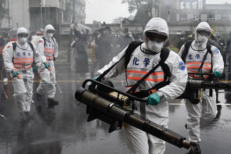 Phun khử trùng đường phố nhằm ngăn chặn sự lây lan của dịch COVID-19 tại Tân Điếm, Đài Loan. (Ảnh: AFP)