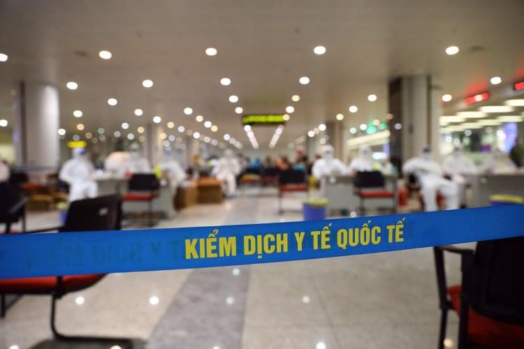 Việt Nam kiểm soát dịch bệnh từ sân bay, ngăn nguy cơ lây lan từ những người ở vùng dịch trở về. (Ảnh: Huy Hùng/TTXVN)
