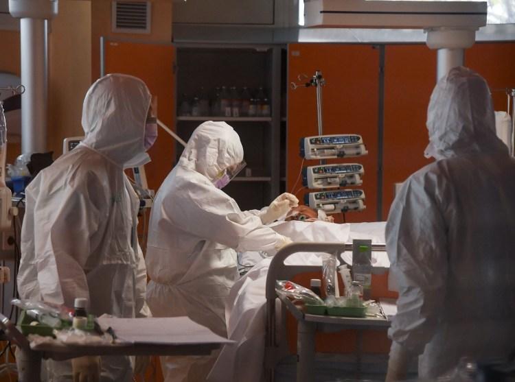 Bệnh nhân nhiễm COVID-19 được điều trị tại Istituto Clinico Casalpalocco ở Rome, Italy ngày 25/3/2020. (Ảnh: THX)