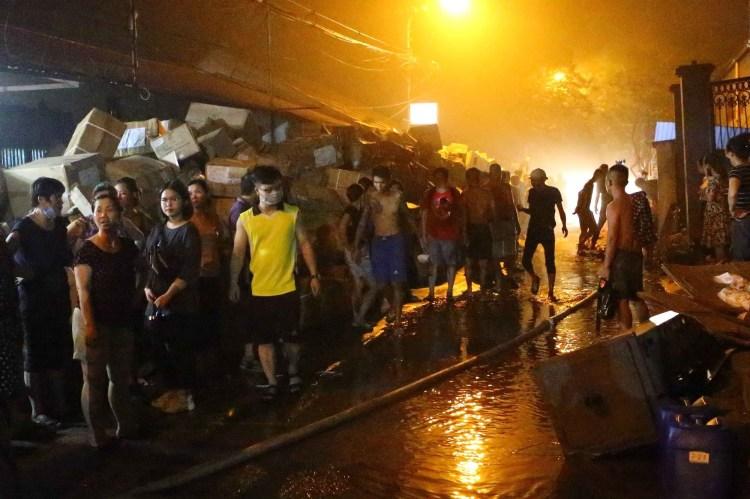 Vào khoảng 18 giờ 30 ngày 28/8/2019, vụ cháy lớn bùng phát và khói đen bao trùm khu xưởng gần 6000m2 của Công ty cổ phần Bóng đèn Phích nước Rạng Đông tại quận Thanh Xuân (Hà Nội).Ngọn lửa lan sang khu dân cư, nhiều hộ dân phải sơ tán khỏi khu vực cháy. (Ảnh: TTXVN)