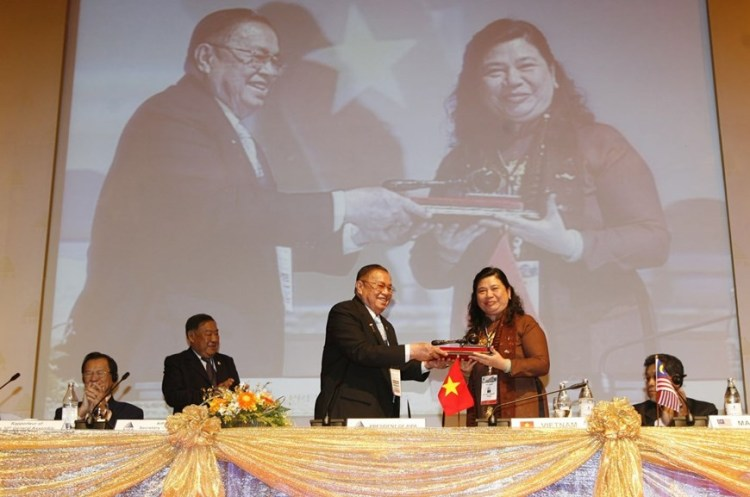 President of the Thai NA Chai Chidchob hands over the hammer representing the AIPA 31 chairmanship to Vice Chairwoman Tong Thi Phong, head of the Vietnamese NA delegation, at the closing ceremony of the 30th AIPA General Assembly in Pattaya, Thailand, in August 2009 (Photo: VNA)