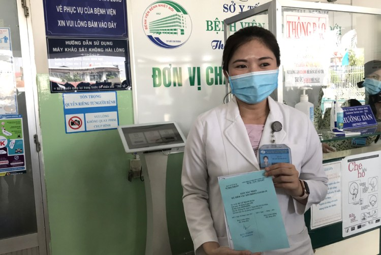 Dr Du Le Thanh Xuan is among the first persons to be vaccinated against COVID-19 in the southern region (Photo:hanoimoi.com.vn)