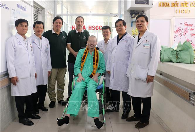 Le patient N°91 et des représentants du Consulat général du Royaume-Uni à  Ho Chi Minh-Ville et des médecins et infirmiers lors de sa sortie de  l'hôpital. Photo: VNA