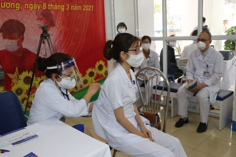 A medical worker receives check-up before getting the first shot of COVID-19 vaccine (Photo: VNA)