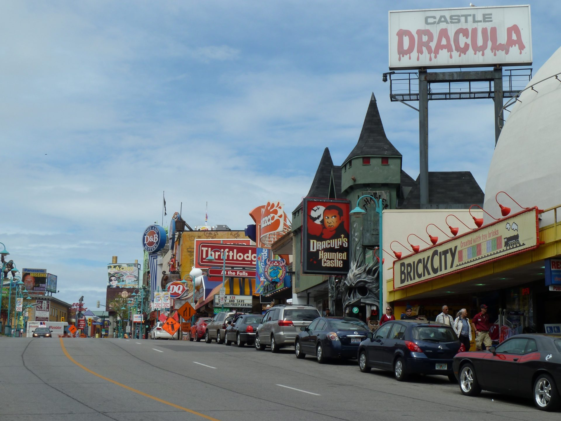 Reklamy domów strachów w centrum Niagara Falls