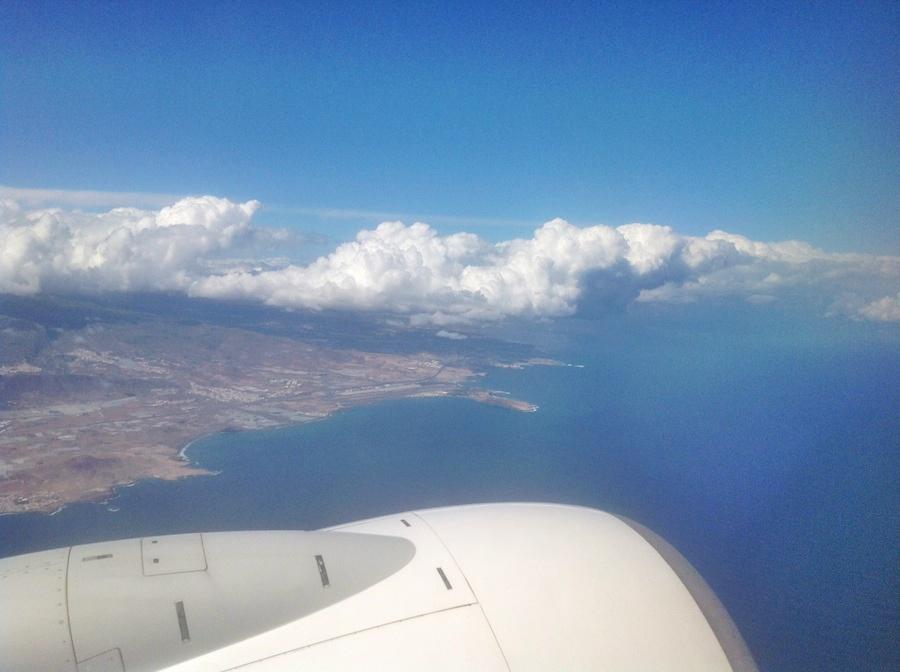 Avión en vuelo sobre Gran Canaria