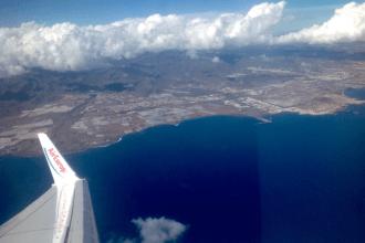 Avión en vuelo sobre Gran Canaria.