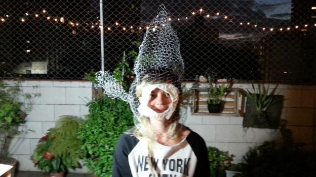 Nina experimentando a máscara dela