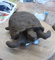 Photo d'une tortue modelée en terre